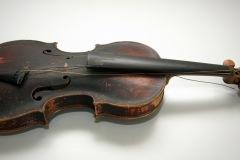 Violina, prva polovina 19. st. Drvo, 59 × 20 cm.